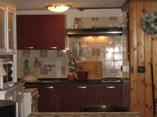 cucina con piastre elettriche e microonde lavatrice