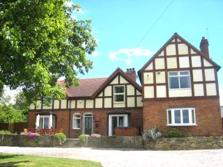 Arden Hill Farm House HOT TUB & Snooker Sleeps 16, Beds singles or doubles