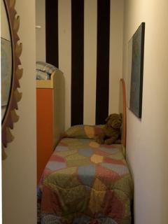 camera doppia con letti a castello scrivania armadio e finestra sul giardino