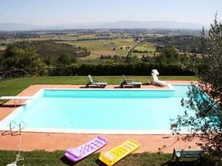 Restored, classic Tuscan farmhouse with pool and jacuzzi in the village of Monte San Savino