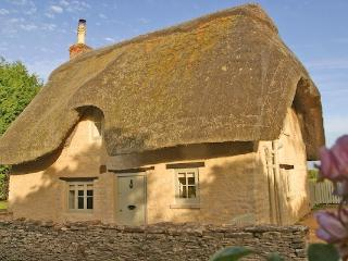 Beautiful Detached Thatched Cottage with Designer Interior & Private Garden