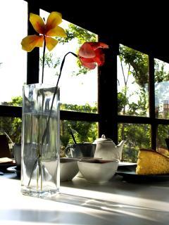 Dettaglio della colazione in giardino.