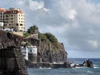 Building front of the sea down to Doca Cavacas natural swimming pool and Praia Formosa (beach)