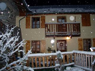 Chalet Hirondelle sleeps 7 free wifi smart tv, Nancroix