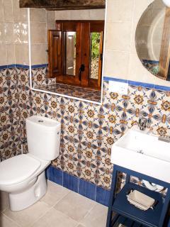 Baño de habitación azul