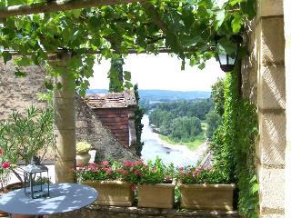 La Treille , maison de charme pour 2 personnes , au coeur de Beynac .