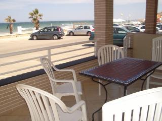 La terraza y la calle: se puede aparcar delante de la casa, no hay transito