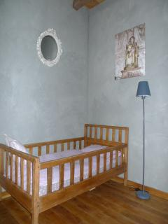 1er étage / Chambre ' Valérien ' : 1 lit 160 x 200 cm + 1 lit bébé + TV