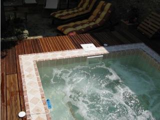 Le Maset des Aires avec Spa extérieur en été, Maubec