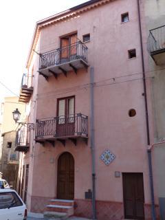 Esterno lato Via Luigi Sergio. Tranquillo edificio composto da singoli appartamenti per piano.