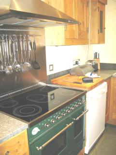 Kitchen - double cooker, dishwasher, breakfast bar