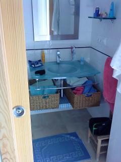 El cuarto de baño, su lavabo de vidrio