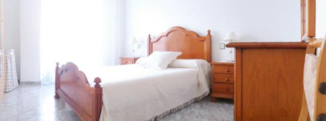 Dormitorio Principal climatizado.2/4pax.Baño privado,armario,cómoda,mesitas de noche,silla,mesa aux.