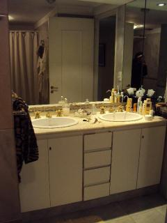 sinks in grand bath
