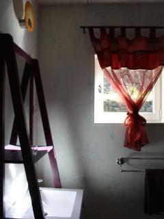 salle d'eau chambre rouge