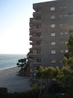 edificio, construido en la misma playa