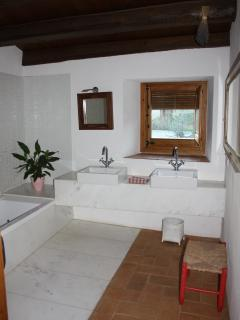 BATHROOM FIRST FLOOR WITH BATH AND TWO WC