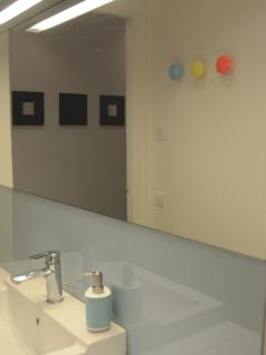 Bathroom picture updated (new mirror)… SDB nouveau miroir et crédence verre laqué, patères Sentou