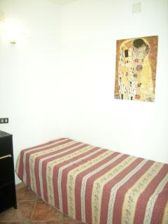 Space with singlebed. Small apt.