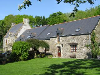 Chained Heart Cottage sleeps 9; heated pool and spacious garden,coast  45 mins