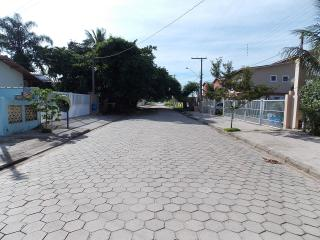 Os apartamentos ficam a 100 metros da praia da Maranduba.