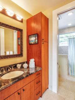 Shared Bath for bedrooms 3&4 Mauka (mountain) wing