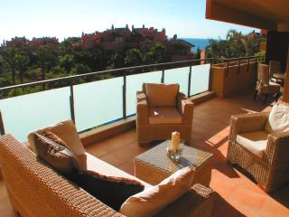 Salinas, 5 mins walk to beach/golf, heated pool, Jacuzzi, sauna, free WIFI,