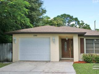 Enjoy your vacation in this cozy single family pet friendly home, Naples