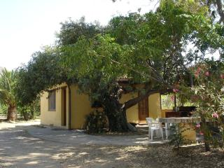 Carob Tree Cottage: Picturesque cosy Cottage, short walk from the sand beach, Cefalú