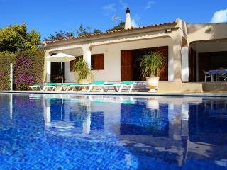 Villa  with private  large heated pool and jacuzzi, Espiche