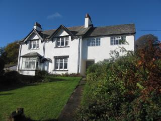 Detached house sleeps 10, hot tub, gardens, views, Eskdale