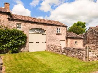 THE HAY LOFT, overlooking the village green, WiFi, patio with furniture, Ref 912776