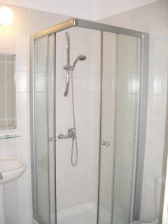 En-suite shower twin bedroom