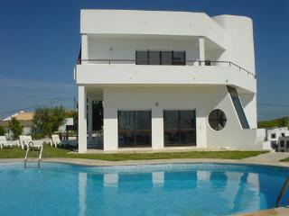 Villa El Maiten, Large Private Swimming Pool, Close To The Beach.