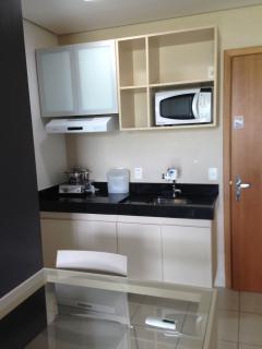Cozinha com cooktop 2 bocas, microondas, forno elétrico e torradeira