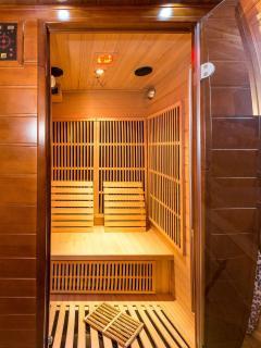 Intérieur du sauna infrarouge du Chalet Carpe Diem