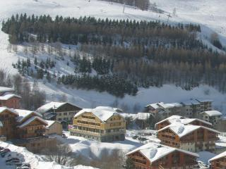 Large Three Bedroom Chalet Apartment with Beams, Balconies and Great Views, Les Deux-Alpes