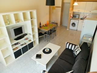Cozy Apartment Opposite the Beach, Limassol