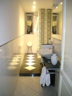 Bagno con doccia, Bathroom with Shower