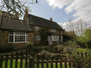 Hillside Cottage, quiet Swerford, North Cotswolds, Chipping Norton