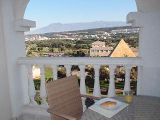 Luxury golf/beach apartment. Fantastic views. Close to shops/restaurants. WIFI