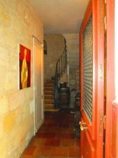 Vue sur le couloir d'entrée et l'escalier