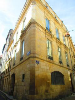 Immeuble d'angle, l'appartement se situe au 1er étage