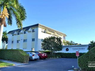 Large 2 bedroom plus den condo with screened lanai in beautiful Central Gardens, Nápoles