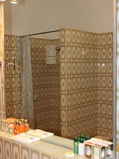 bagno con vasca e doccia divise