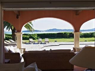 Villa Maureen, Crest