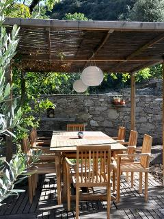 Pergola with family-sized table and chairs for outdoor dining