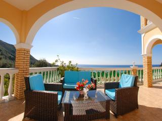 Villa Romantic, Paramonas