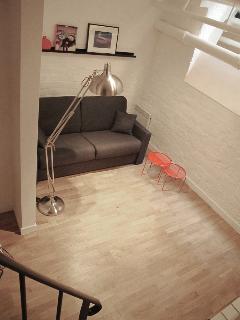 Basement avec canapé lit 2 places, bureau, TV, rangements