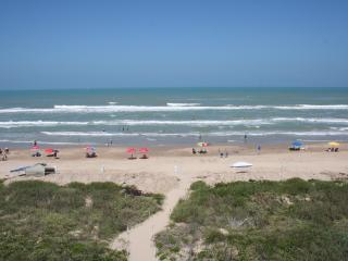 BEACHFRONT! Fantastic ocean views, KING bed, UPDAT, Ilha de South Padre